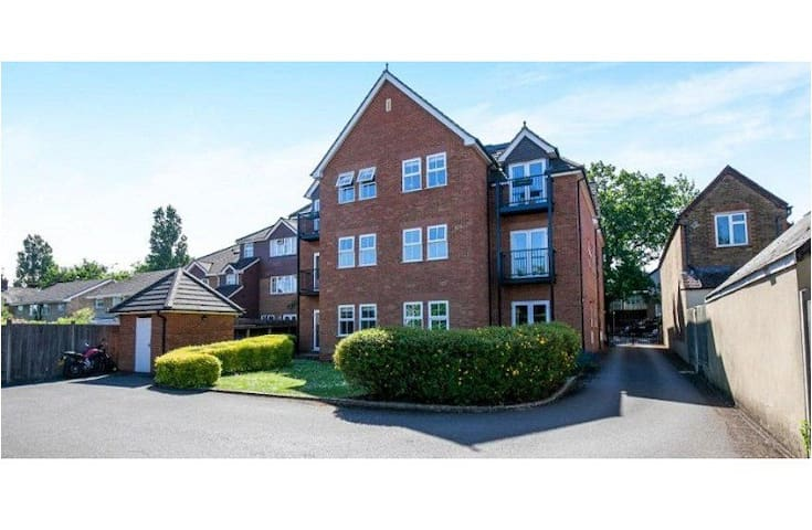 2 bedroom apartment in West Byfleet with parking
