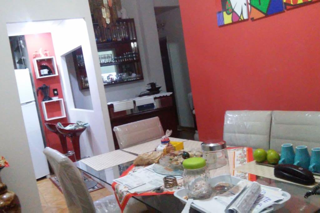 Sala de jantar ou mesa para estudo e cafe da manhã incluindo e o almoço tera o custo de R$ 10,00 .