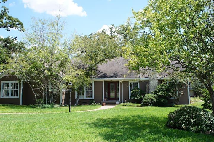 Large Cozy Home-Quaint Neighborhood-1.2 Mi to A&M!