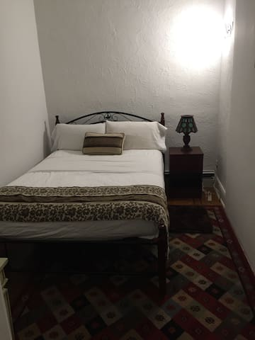 Small bedroom - Queens - Bed & Breakfast