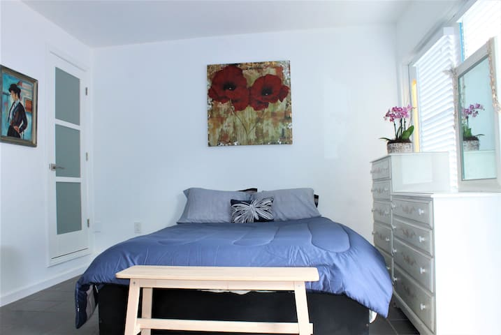 Remodeled Sunny Guest House Near the Beach