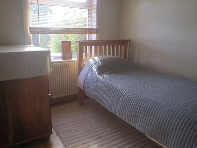 Comfortable room in property close to town centre - Huddersfield - Bungalow