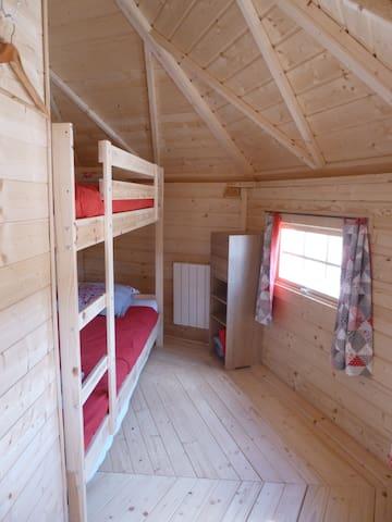 Chambre avec lits superposés et lit tiroir