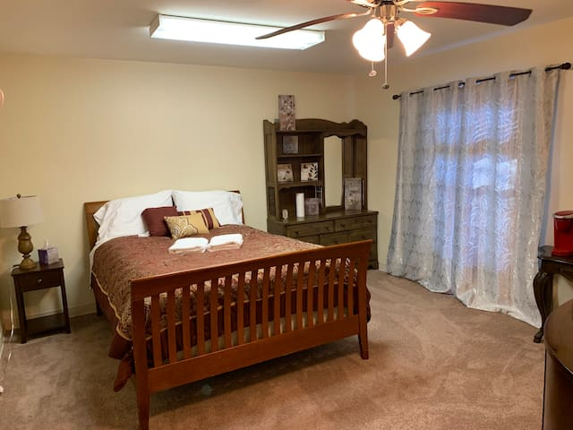 Spacious 1BR Guest Suite, Mins Drive From Airport