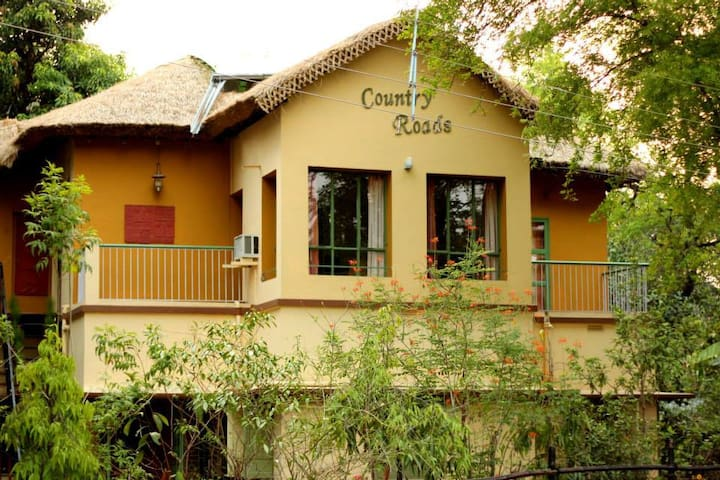 Country Roads; serene ambience in central location - Santiniketan - Bed & Breakfast