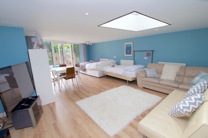 Large Studio Apartment close to Hampton Court