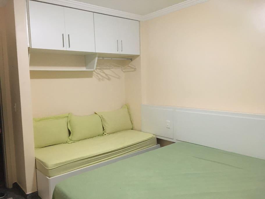 Cama de solteiro e armários