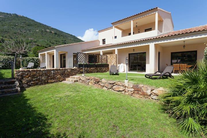 Bella Villa a Coggia, Francia, con Terrazza