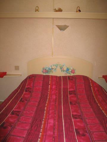 chambre double en mobil home à la ferme - Plesse - Bungalow