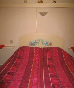 chambre double en mobil home à la ferme - Bungalow