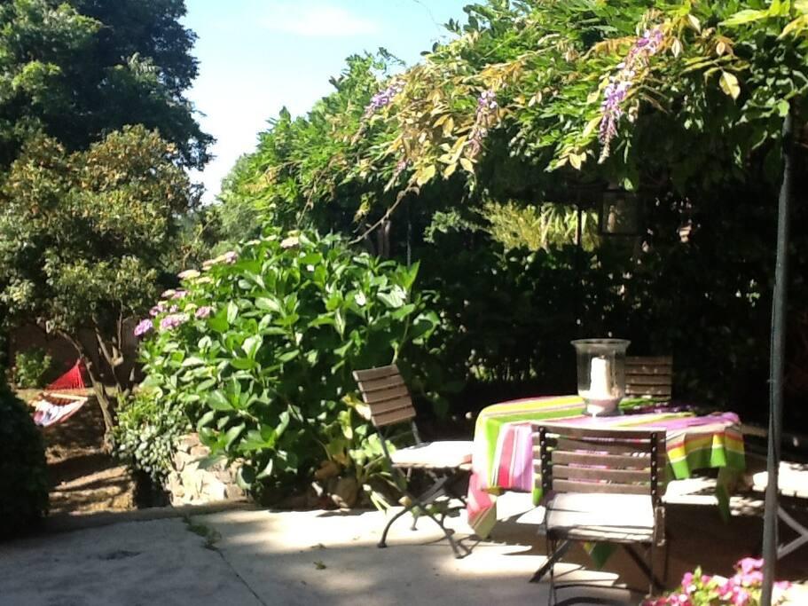 appartement de charme avec jardin dans villa appartements louer grimaud provence alpes. Black Bedroom Furniture Sets. Home Design Ideas