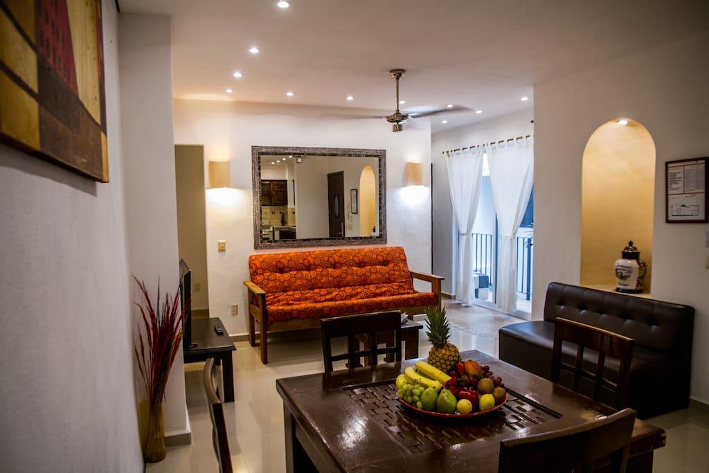 sala de estar amplia, bien iluminado