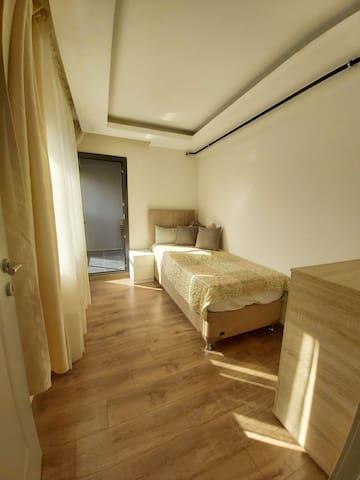 Size özel balkonlu Oda. 5 çekmeceli komidin ve yatak yanında 2 çekmeceli şifoniyeri kullanabilirsiniz.