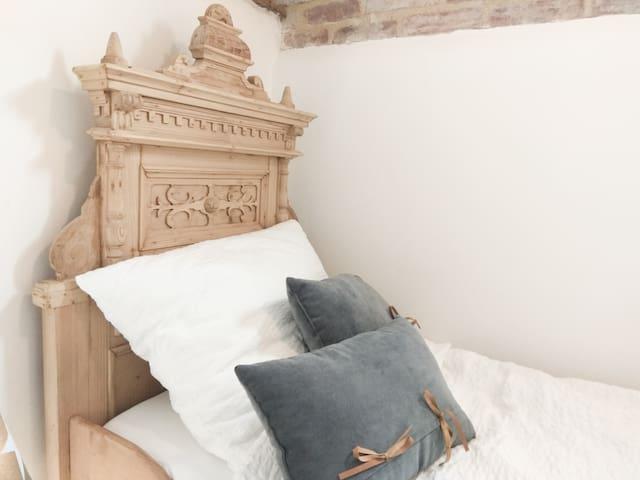Schlafzimmer 2 mit Prinzessinnenbett ca.80x200 (auch für Prinzen geeignet) Bedroom 2 with princess' bed (also usable for princes). size: c. 80x200 cm