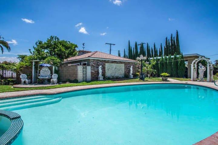 FILMING LOCATION: Pool, Bathroom, Craft Service - Garden Grove - Rumah