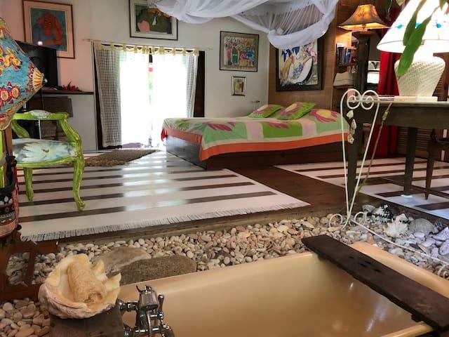 Vu de la chambre, en premier plan la baignoire.