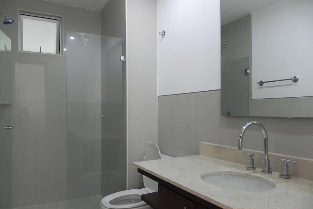 Baño principal con ducha y agua caliente