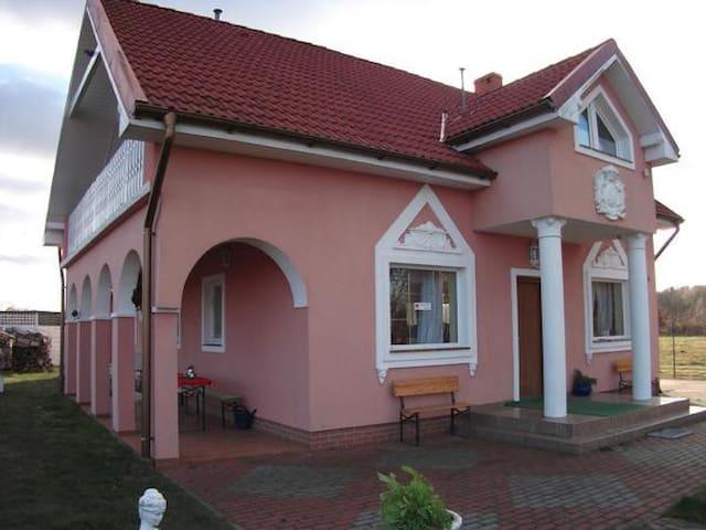 Gemütliches Rosarotes Ferienhaus für 10 Personen zwischen Stettiner Haff und Ückermünder Heide