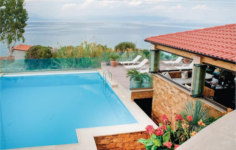 Holiday cottage with 4 bedrooms on 340 m² in Petalou, Korinthias