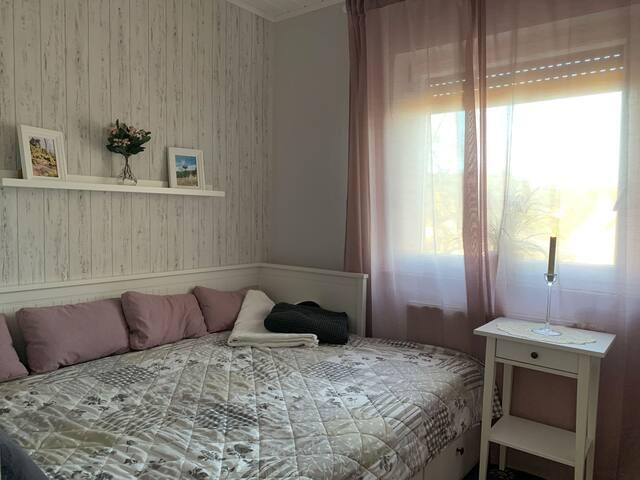 Kleines Schlafzimmer mit Tagesbett, kann auf 1,50 m Breite ausgezogen werden