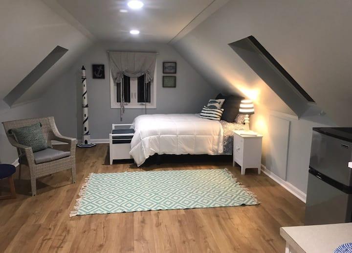 Studio loft apartment...private, comfy & coastal