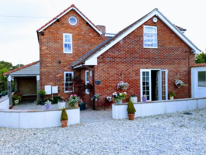 Holm Lea Mews - 1 Bedroom, Summer House and Patio.