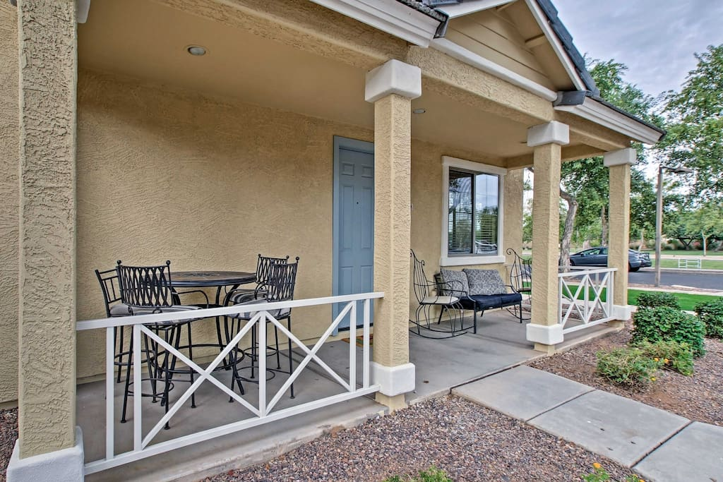 For a relaxing evening spent at home, relax on the furnished porch.