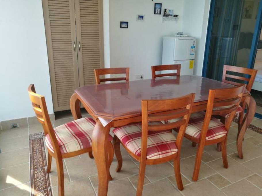 地中海风格实木餐桌