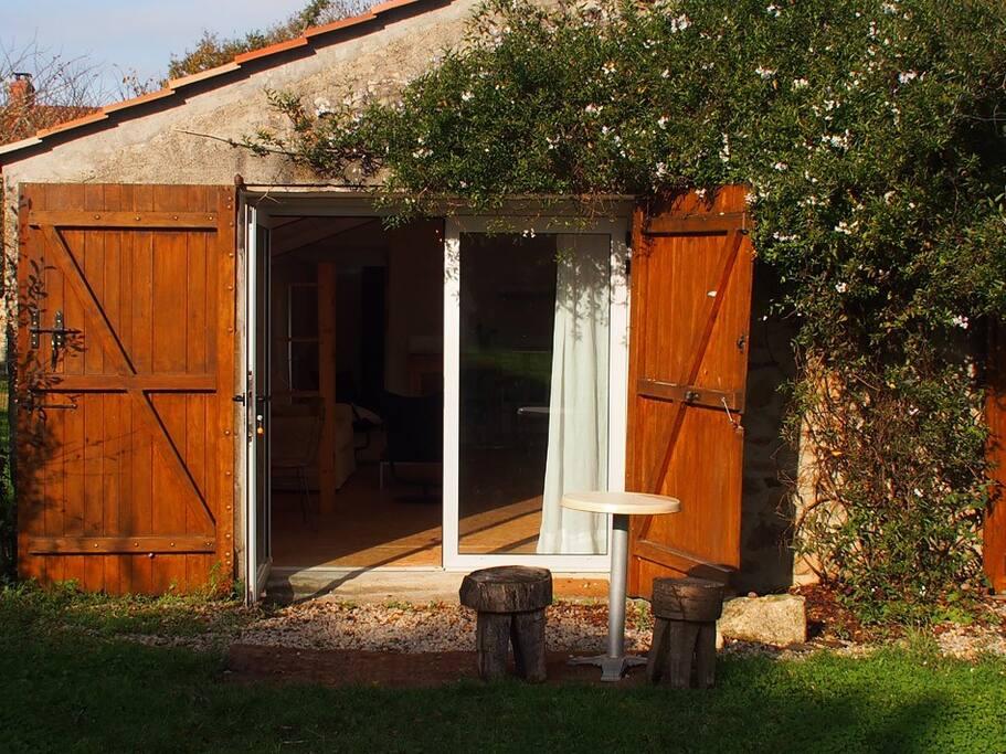 Entrée du studio, porte vitrée et volets de chêne.