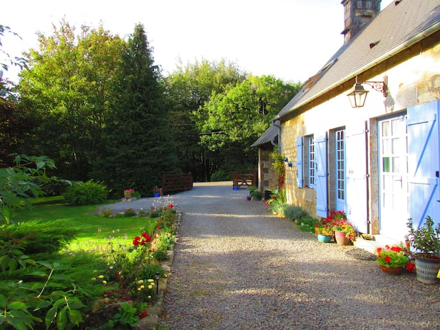 A la lisière du bois. Our beautiful Norman longère - Saint-Clair-de-Halouze - Bed & Breakfast