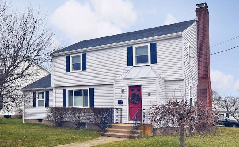 Gorgeous 4 bedroom 2 bath home minutes to Newport!
