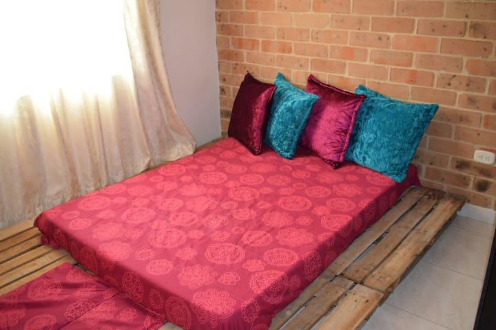 Segunda habitación con colchón doble y clóset. Zweites Schlafzimmer mit Doppelmatratze und Kleiderschrank