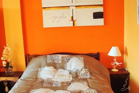 Chambre rénovée trés claire - Almayrac - Casa