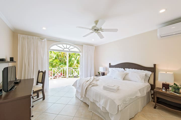 The very large master suite features a private terrace, private bathroom and large walk-in closet with ample space for luggage. A work desk also makes it ideal for those who need to check in with their office while travelling. Each bedroom offers air-conditioning for your sleeping comfort.