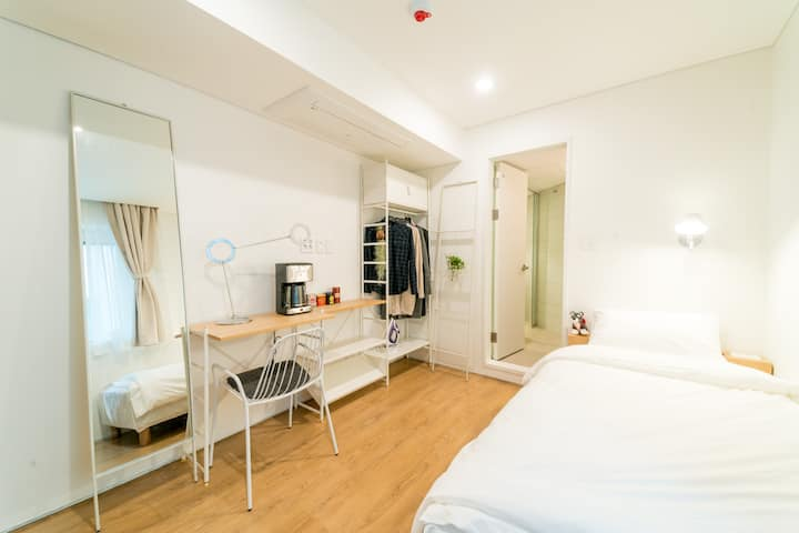 ♥near GangNam♥ upflo HOSTEL <SINGLE ROOM> -No TV