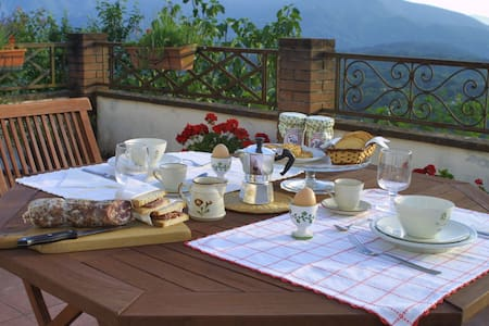 A romantic retreat with panorama - Olivola - Bed & Breakfast