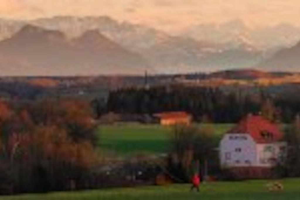 Schloß Eichbichl gegen das Alpenpanorama der Kitzbühler Alpen+das Inntal samt Großvenediger