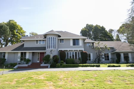 Beautiful 6BR Pool House in Hillsborough Near SFO - ฮิลส์โบโร