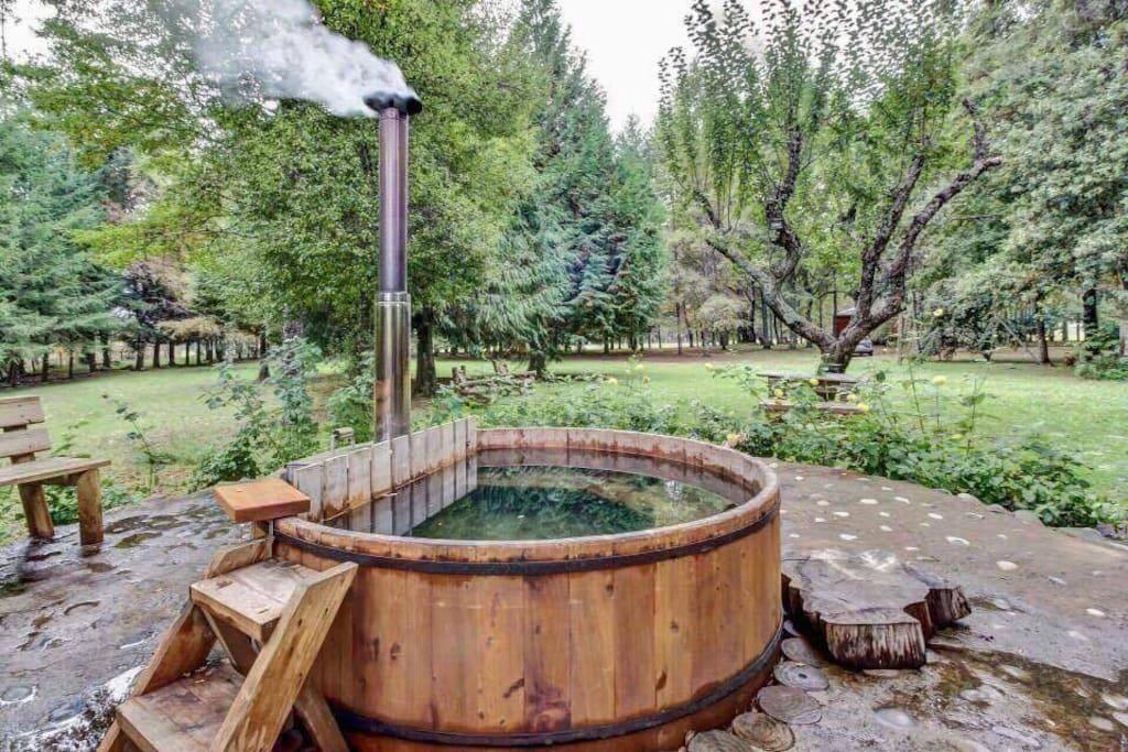 Tinaja de agua caliente disponible previa reserva con un valor adicional de $50 USD por uso para toda la familia.