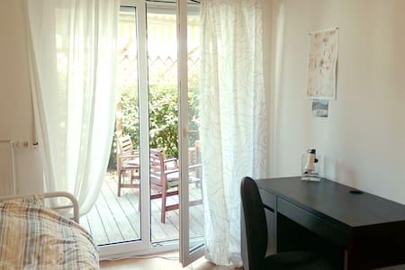 cosy room in WG, 1 minute from tram - Freiburg im Breisgau