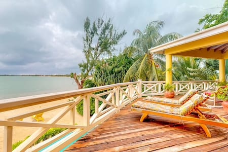 Beachfront apartment w/ great views, shared pool & water sport gear