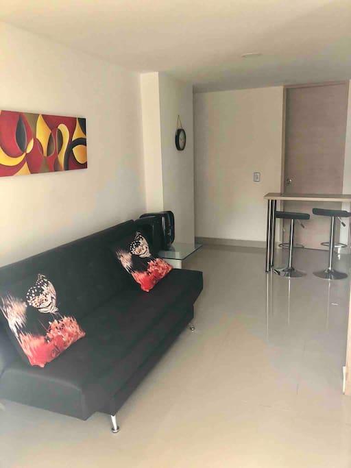 Sala con un sofá cama, amplio y cómodo
