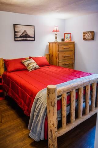 Main level bedroom/ queen bed