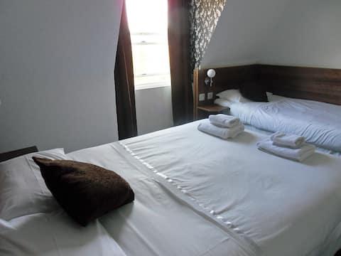 Double room en-suite with TV tea/coffee facilities.