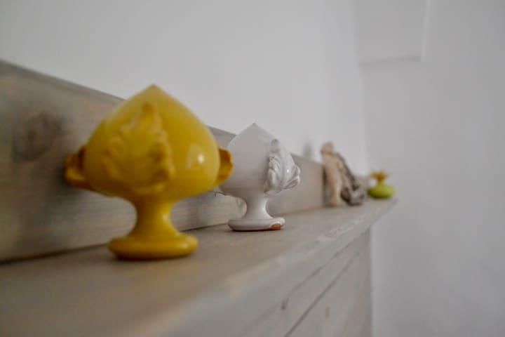 particolare del letto...Pomi in ceramica di Grottaglie
