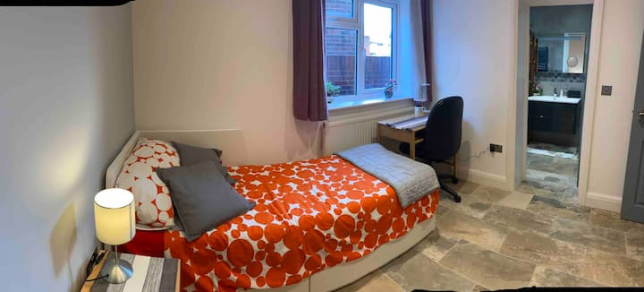 New light & airy single/double room with ensuite