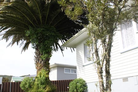 Affordable rooms by native bush & local hot spots - Lower Hutt - House