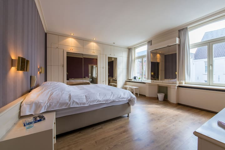Luxurious 17th century city center Bruges mansion2