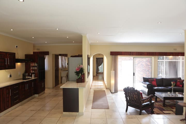 Large 4 Bedroom Home Vanderbijlpark - Vanderbijlpark - 獨棟