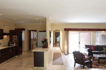 Large 4 Bedroom Home Vanderbijlpark - Vanderbijlpark - Дом